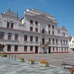 Das Rathaus von Güstrow mit klassizistischer Fassade