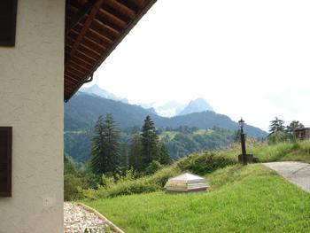 Bergblick hinter dem Dorint-Sporthotel Garmisch-Partenkirchen