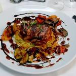 Rosa gebratenes Rinderfiletsteak (Ladys- and Gentlemans-Cut) an lauwarmen Anti-pasti-Gemüse auf reschem Kartoffelrösti