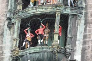 Schäfflertanz beim Glockenspiel des Rathausturms München