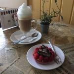 Himbeertörtchen und Cappuccino im La Madeleine de Proust